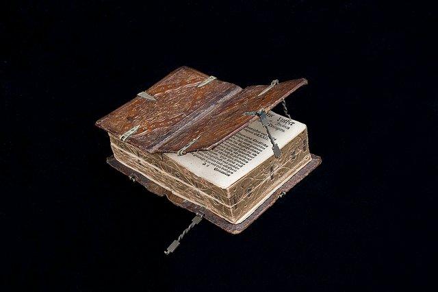 Книга 16-го века, которую можно читать шестью разными способами Вполне серьезно. Книга открывается в разные стороны, что делает ее по-своему удобной. Электронным книгам такое и не снилось:)