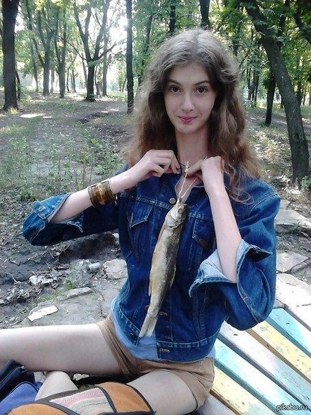 Необычное украшение Людмила Титченкова (украинка с самой длинной в мире шеей) примеряет колье из воблы