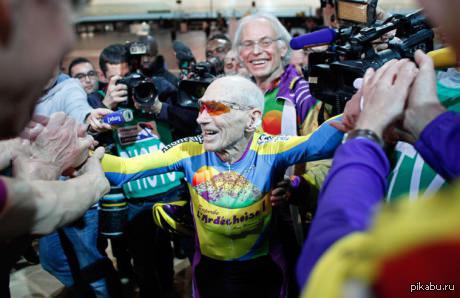 102-летний французский велосипедист побил свой собственный мировой рекорд 16,7 мили (26,8 км) всего за 1 час