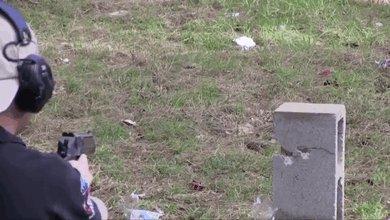 Выстрел из Desert Eagle по бутылкам с водой