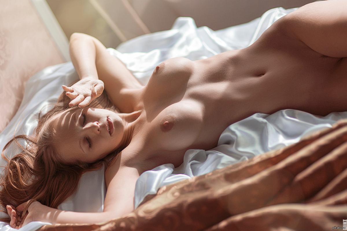 Женщина утром голая
